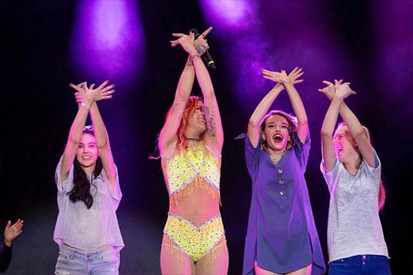 Rita Ora concerto a Tirana con la Danza Albanese