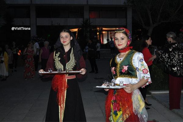 Në Konak, uno spettacolo fantastico  di musica popolare a Tirana