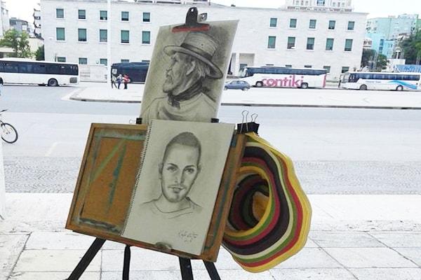 Vita-artistja që pikturon portrete në Parkun Rinia